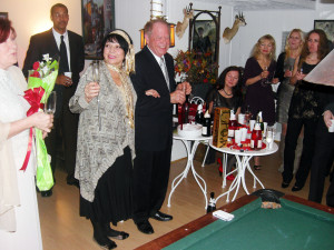 Вечеринка в брачном агентстве Вашингтона в честь помолвки русской женщины 70 лет и американца 80 лет